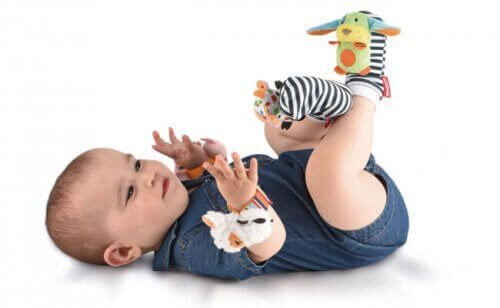 bebê com enfeites de bichinhos