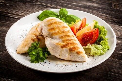 Frango e legumes são fundamentais na dieta pós-parto.