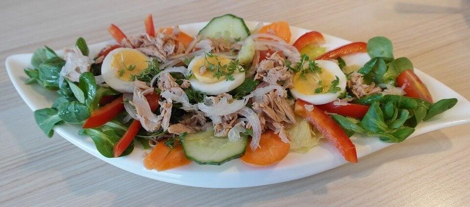 salada de atum com ovos e espinafre