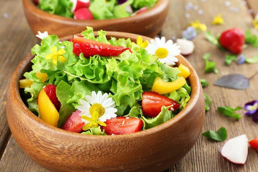 Conheça três ideias para preparar saladas