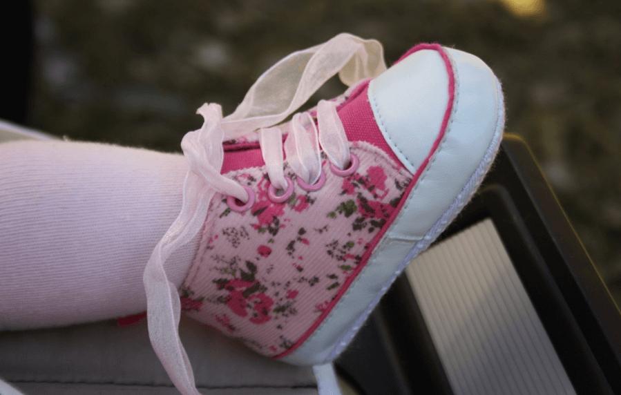 crianças descalças