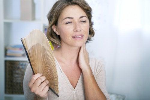 mulher com calores da menopausa