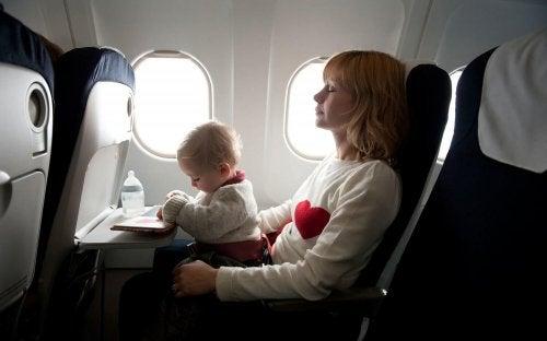 Os pais devem saber o que manter em mente quando viajam com bebês.