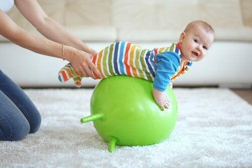 bebê na bola de pilates