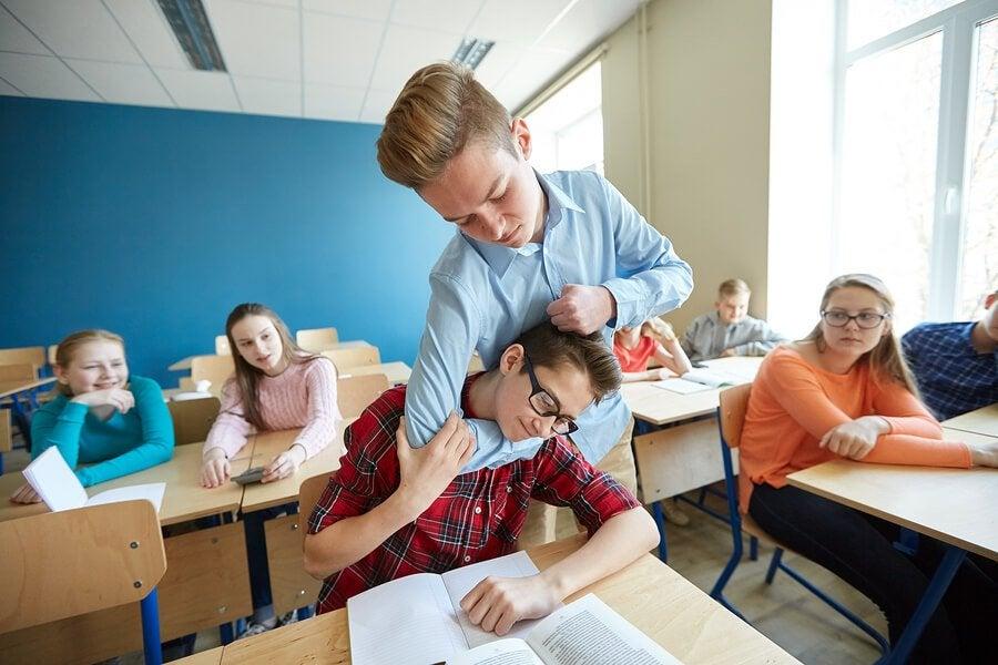 O que fazer se o meu filho bate nos colegas na escola?