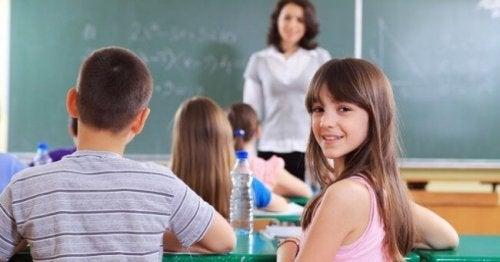 Se o seu filho fala demais em sala de aula, pratique alguns hábitos em casa.
