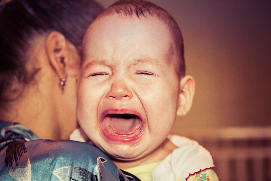 Por que o meu bebê sempre acorda chorando?