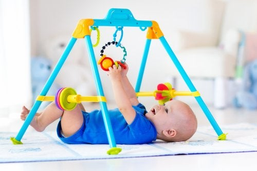 Variedade de tapetes de atividades para bebês de acordo com a idade