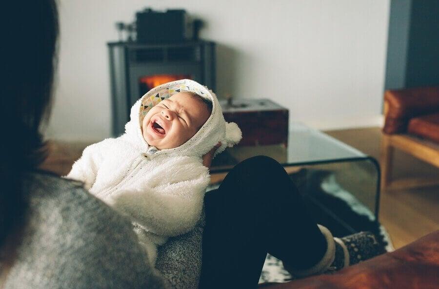 O que fazer se meu bebê sempre chora à noite?