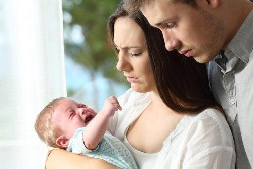 pais tentam acalmar choro do bebê