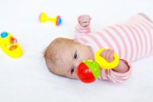 Os brinquedos com músicas para crianças devem ter cores e sons contrastantes, como sinos ou melodias agradáveis