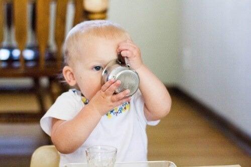 Ensinar o bebê a tomar água no copo