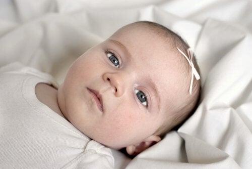 bebê de olhos cinzas