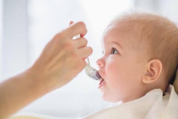 É bom guardar a comida do bebê?