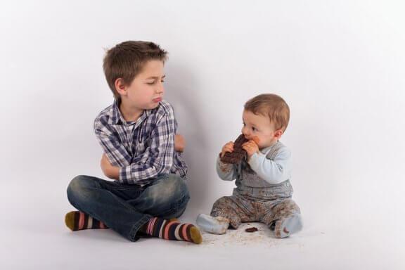 Como evitar o ciúme quando um irmão chega