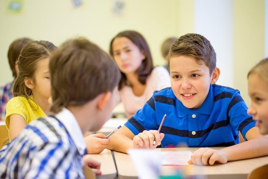 Crianças que falam demais em sala de aula