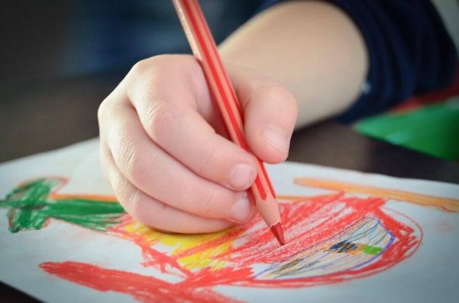 O vermelho é uma cor que chama bastante a atenção das crianças devido à sua intensidade