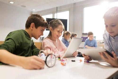 crianças tendo aula de tecnologia