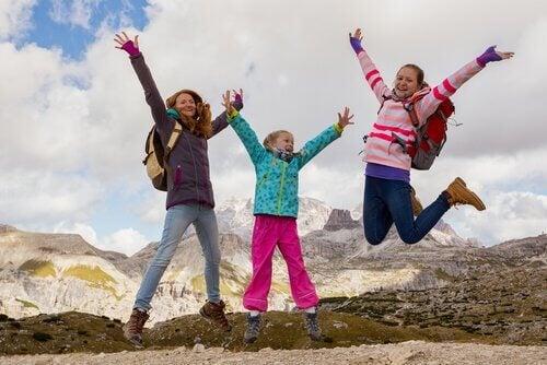 As crianças vão se divertir fazendo trilhas em família.