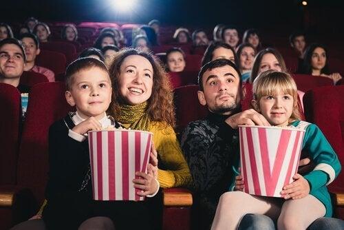 família no cinema assistindo um filme
