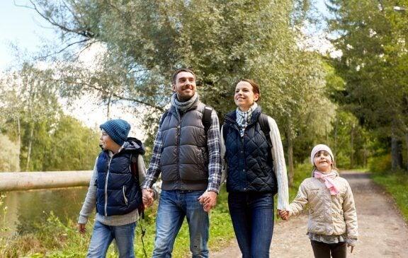 Benefícios de fazer caminhadas em família