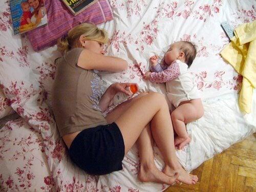 mãe e bebê dormindo juntos