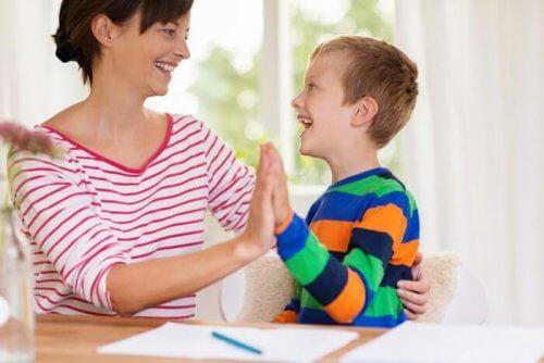 mãe com filho autista