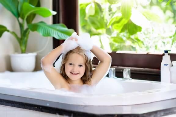 Quando a criança deve começar a tomar banho sozinha?