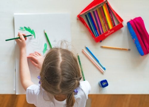 A escrivaninha deve ter uma altura adequada para a criança