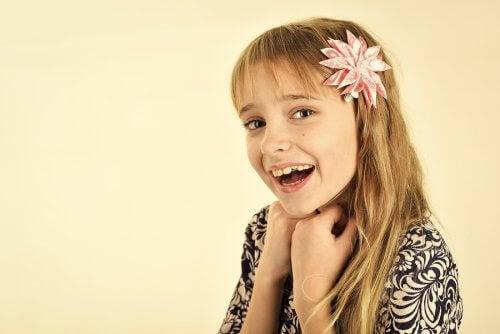 menina com flor na cabeça