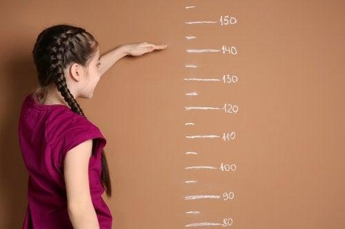menina medindo a sua altura