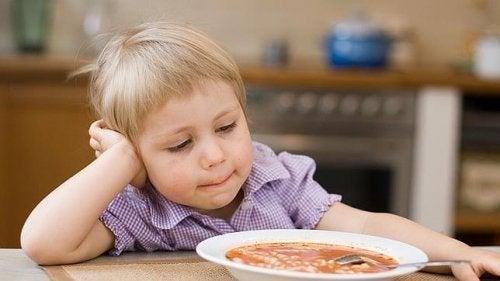 As crianças muito mimadas podem se recusar a se sentar à mesa para comer