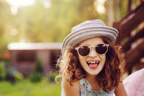 menina de óculos de sol