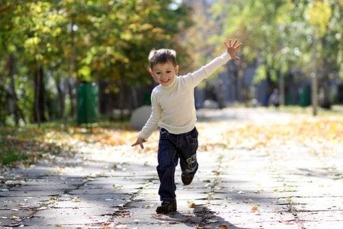 menino correndo com autonomia