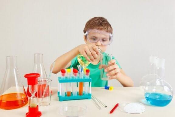 4 experimentos para as crianças aprenderem sobre ciência