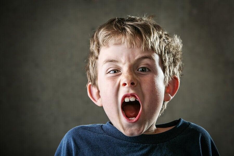 As crianças gritam porque ainda não sabem se controlar.
