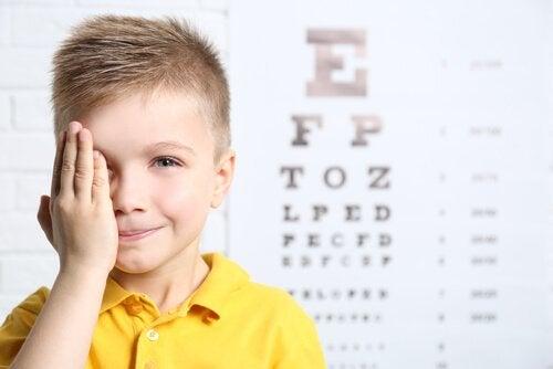 criança no oftalmologista