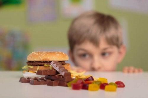 Desconhecidos que dão comida às crianças. O que fazer?