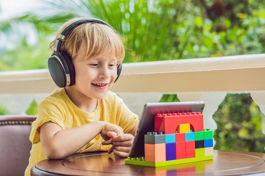 menino ouvindo livro digital