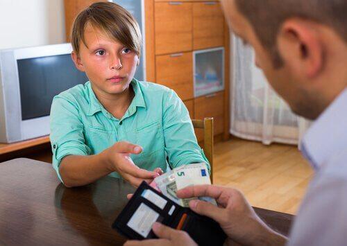 menino pede dinheiro ao pai