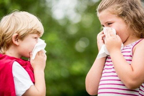 crianças assoando o nariz