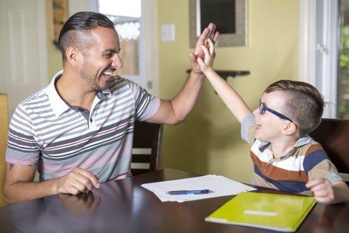 pai ajuda o filho a ser um estudante produtivo