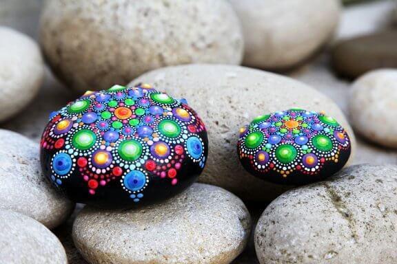 Decorar pedras, uma maneira simples de fazer artesanato