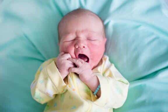 O que causa as escamas na pele do recém-nascido?
