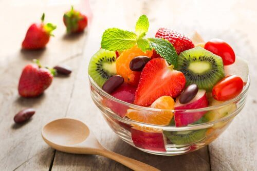 As saladas de frutas são uma ótima opção para comer após o parto