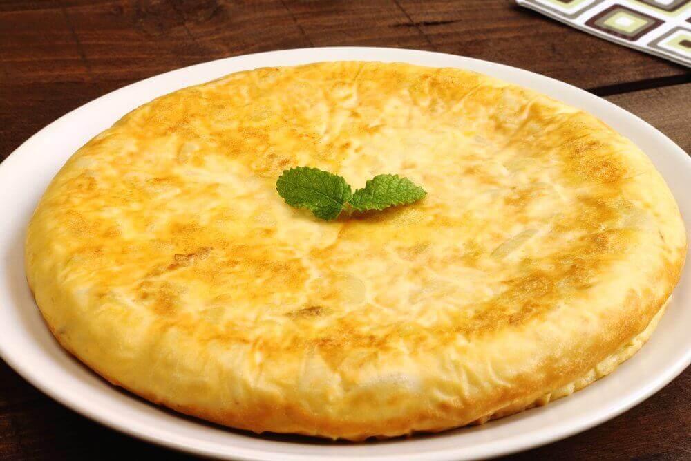 A omelete com batata é um bom prato para as crianças.