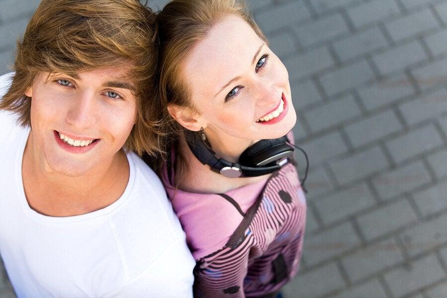 casal de adolescentes apaixonados