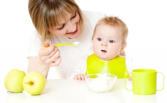 Como ajudar o bebê a experimentar novos alimentos?