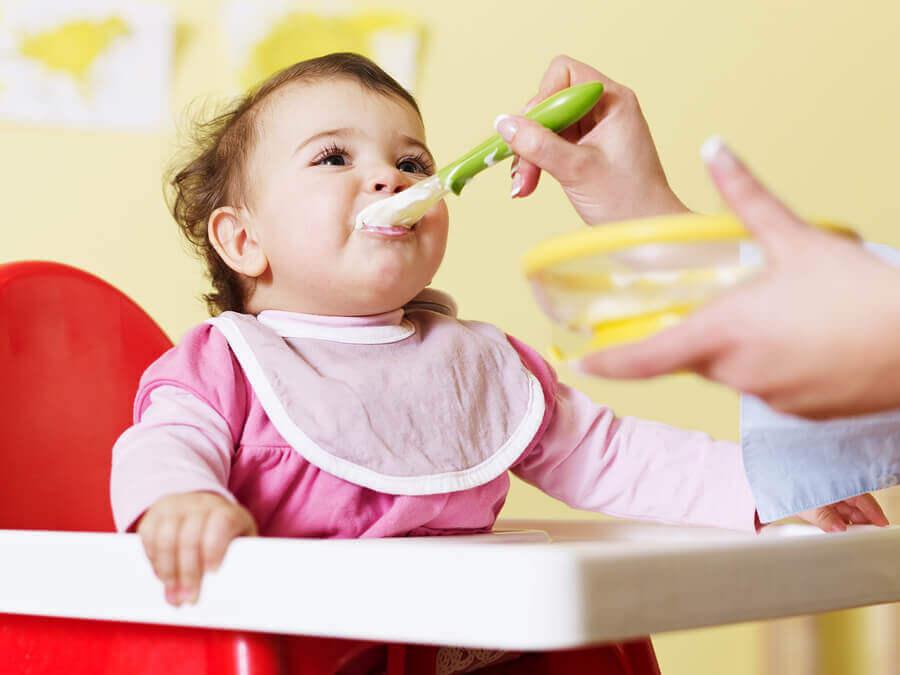 Dicas para estabelecer uma rotina de alimentação do bebê