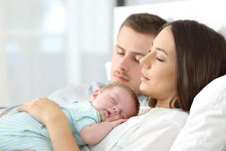 Devemos deixar os bebês dormirem na cama dos pais?